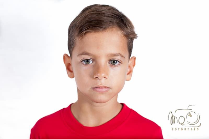 niño con jersey rojo