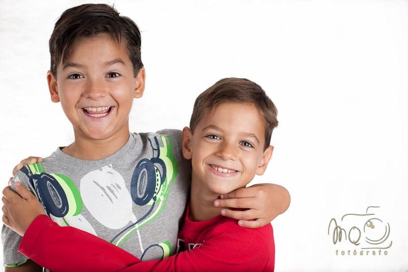 dos niños mirando y sonriendo