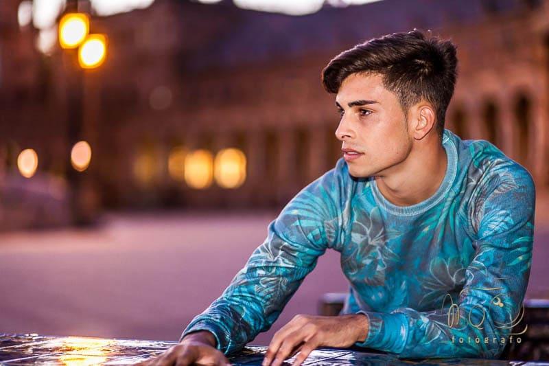 retrato de chico de noche con jersey azul