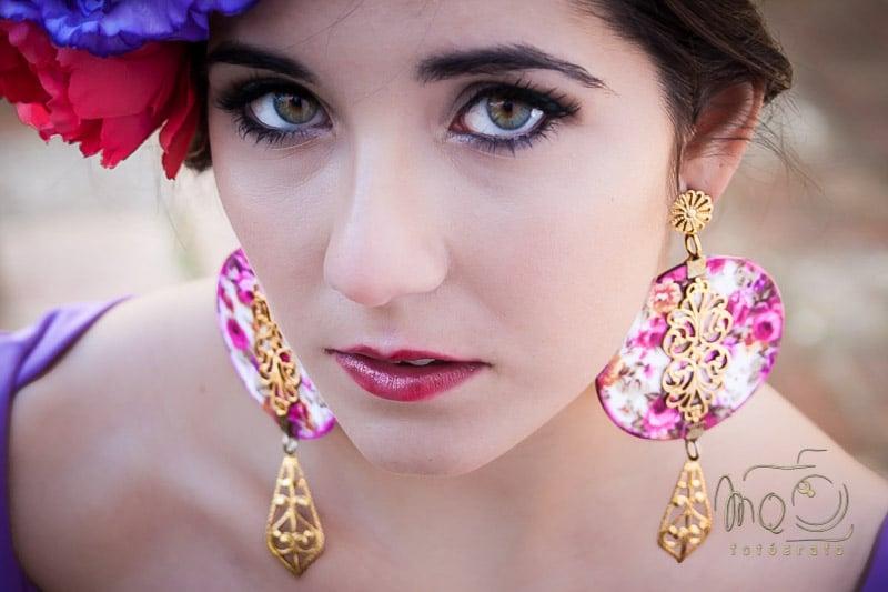 Primer plano de chica con grandes pendientes rosas y oro
