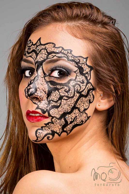 primer plano de chica con cara pintada de fantasía