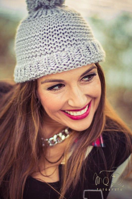 chica con gorro de lana beige, sonriente