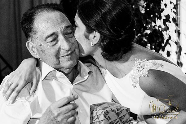 novia besando al padre , Presupuesto de boda de MQ Fotógrafo