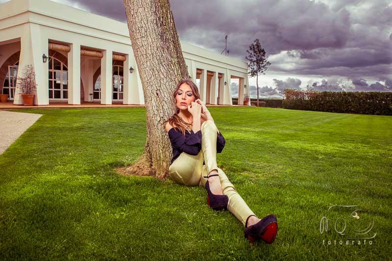 modelo en exterior sentada en suelo apoyada en arbol