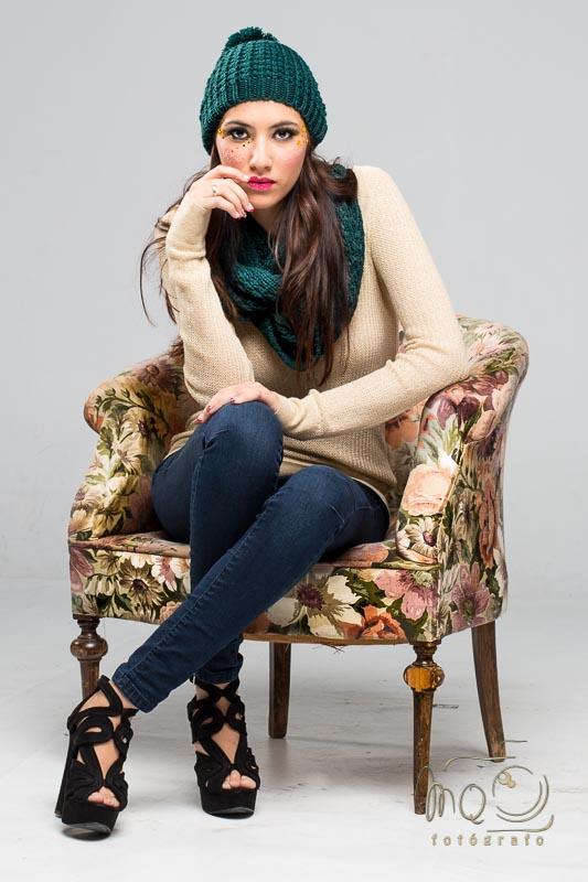 Irene sentada en sillón mirando fijamente
