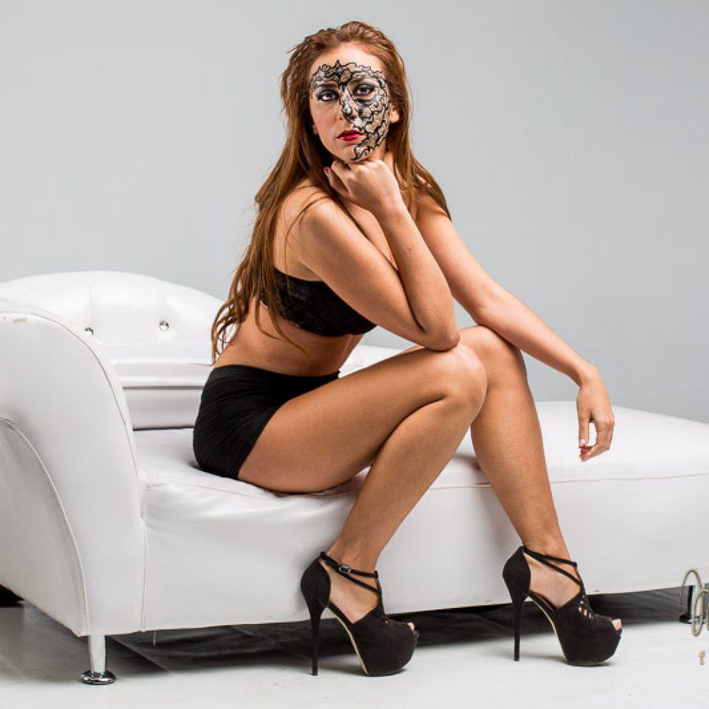 modelo sentada en sofa con maquillaje de fantasía