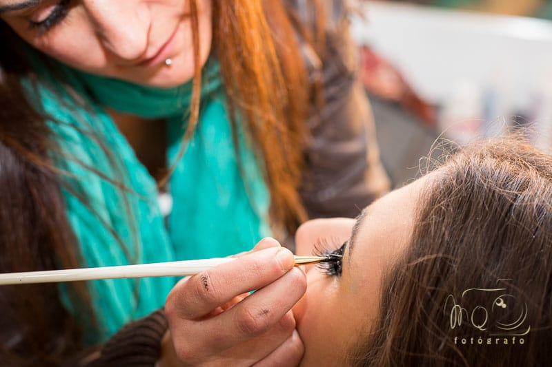 Ángela maquillando a Irene