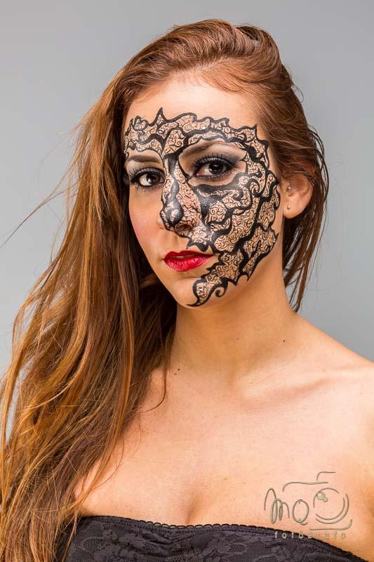 modelo María mirando fijamente maquillada de fantasía