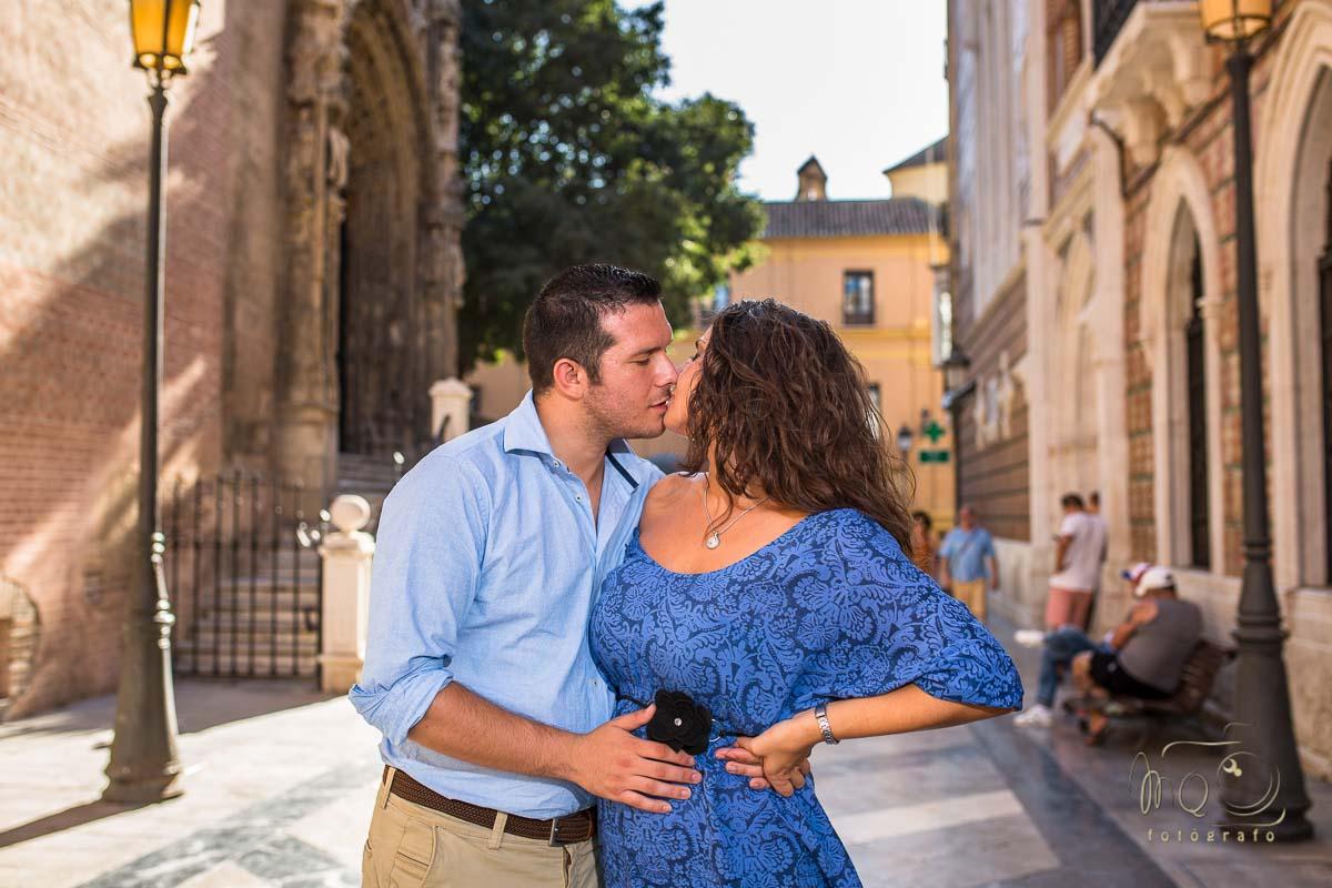 Beso de los novios por las calles de Málaga en su reportaje preboda en Málaga