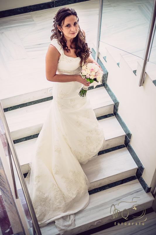 novia bajando las escaleras del hotel en Córdoba