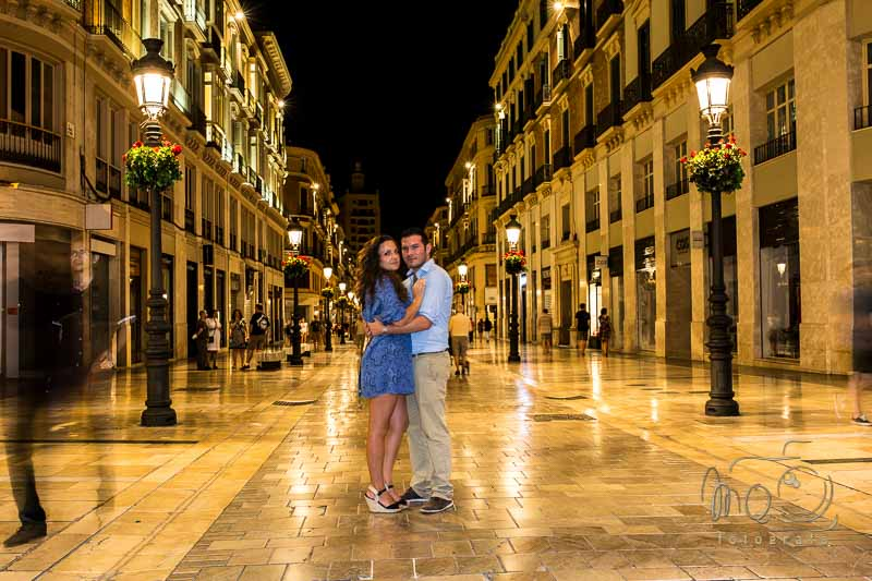 novios en la calle Larios de Málaga por la noche