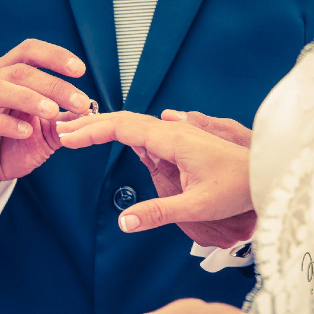 momento de boda poniendo el anillo
