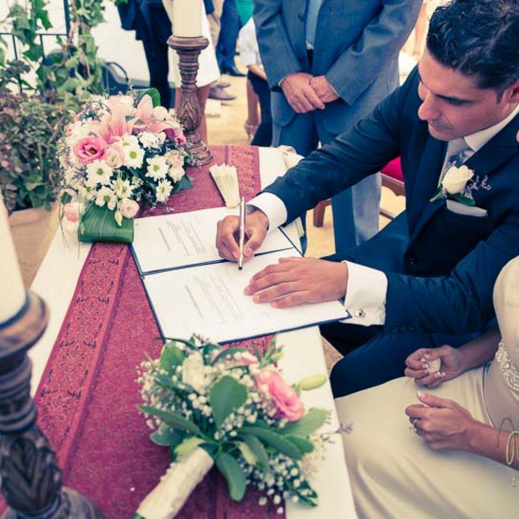 novio firmando en el altar