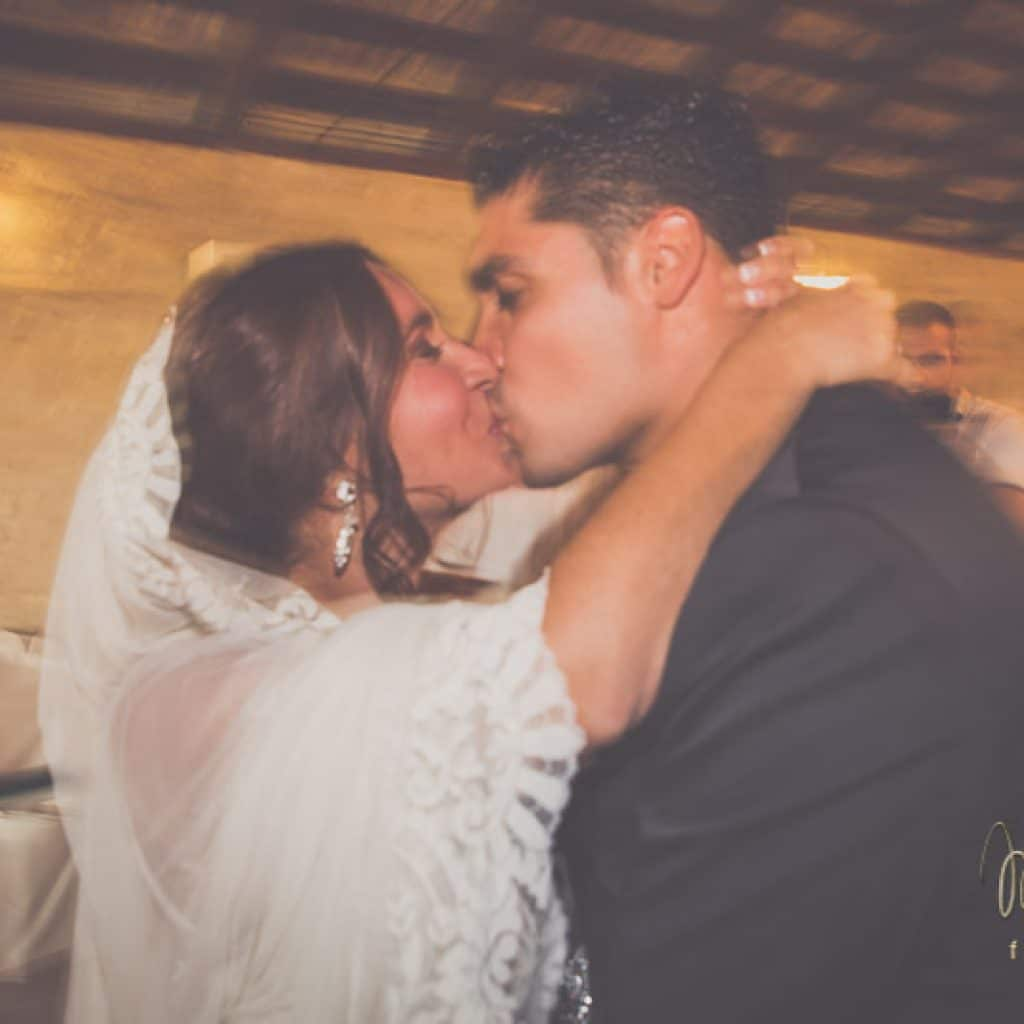 beso de los novios al final del baile nupcial