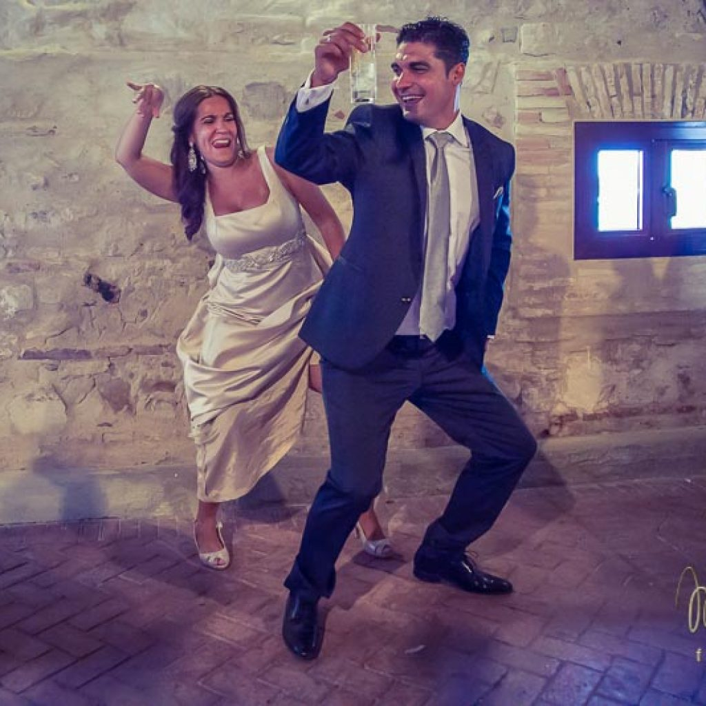 novios bailando divertido