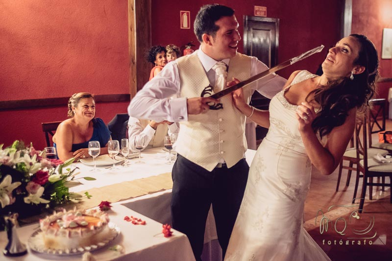 novio con la espada dándole tarta a la novia, calculo mal y casi le pincha
