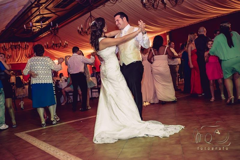 baile nupcial de los novios rodeado de familiares y amigos