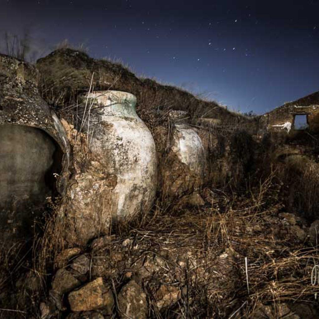 foto nocturna del cortijo de Torreplama, se ven tinajas rotas