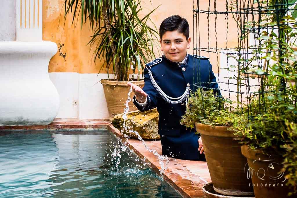 David jugando con el agua de la fuente en su comunion