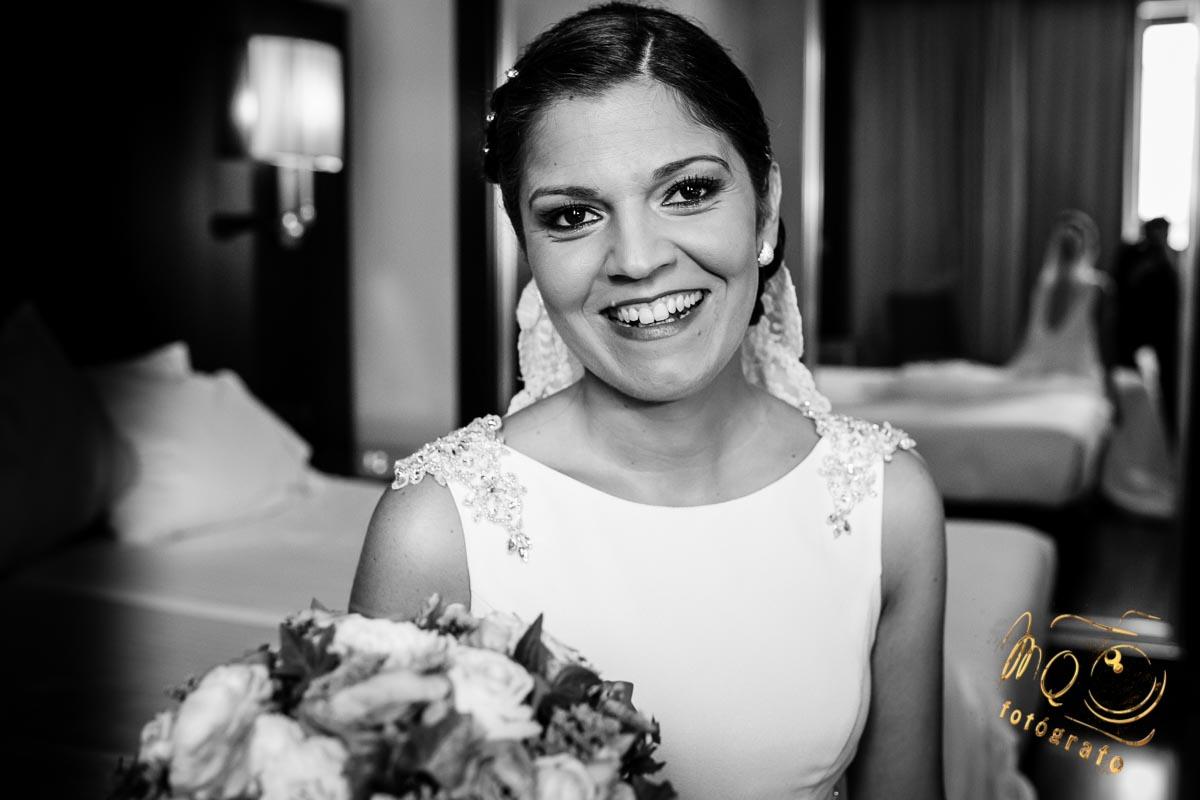 novia con vestido de novias Manila, sonriendo con el ramo