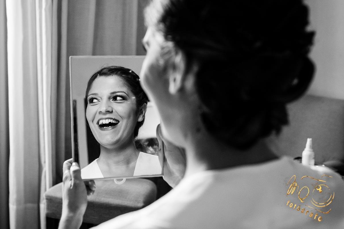 novia con sonrisa frente al espejo en su habitación