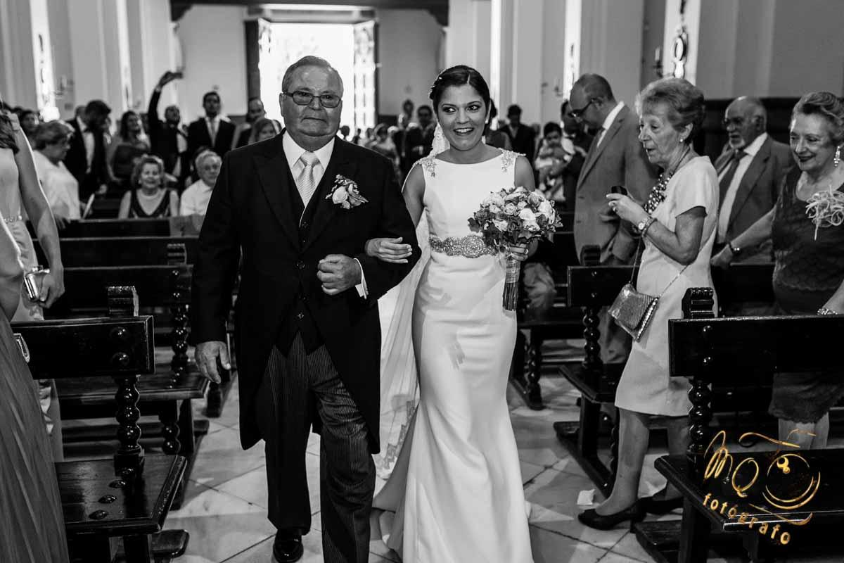 entrada de la novia con el padrino a la iglesia cogidos del brazo