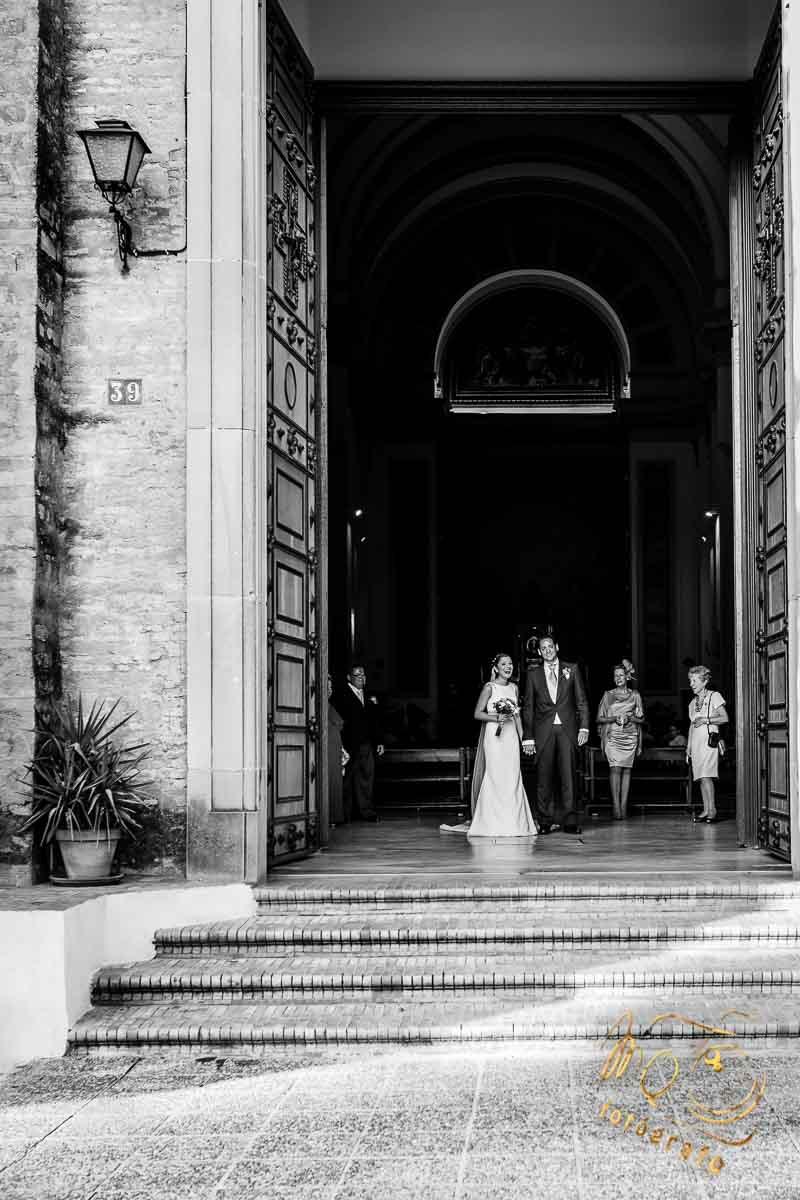 novios recién casados saliendo por la puerta de la Parroquia el Corpus Christi de Sevilla