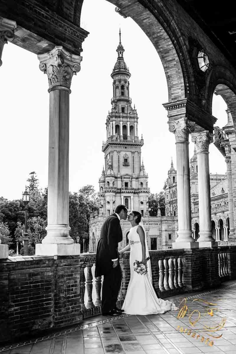 Novios besándose entre columnas de plaza de españa sevilla