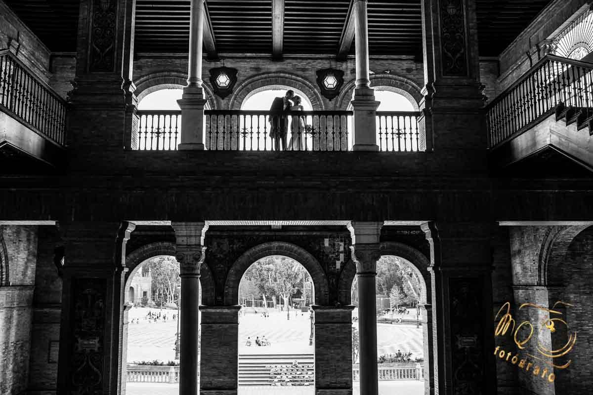 novios besándose en balcón de plaza de españa