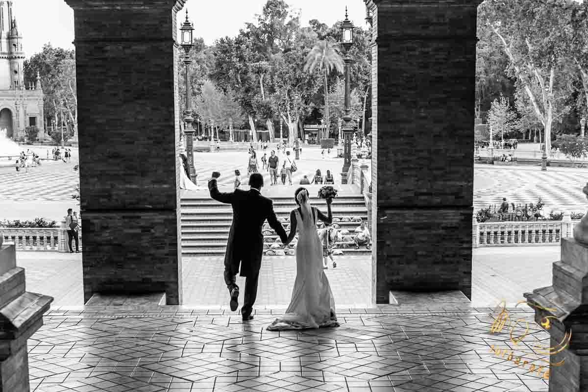 Novios santaldo en la plaza de España con brazo hacia arriba