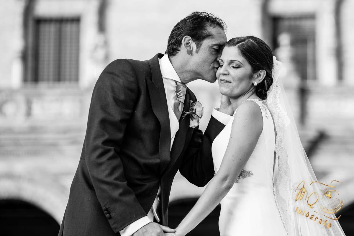 novio besando en la mejilla a la novia, en plaza de España Sevilla