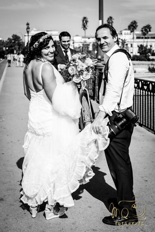 Foto de Perfil MQ Fotógrafo profesional con la novia en el puente de Triana, Sevilla
