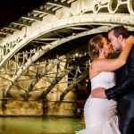 Pareja en Postboda en Sevilla desde Ciudad Real, bajo el puente