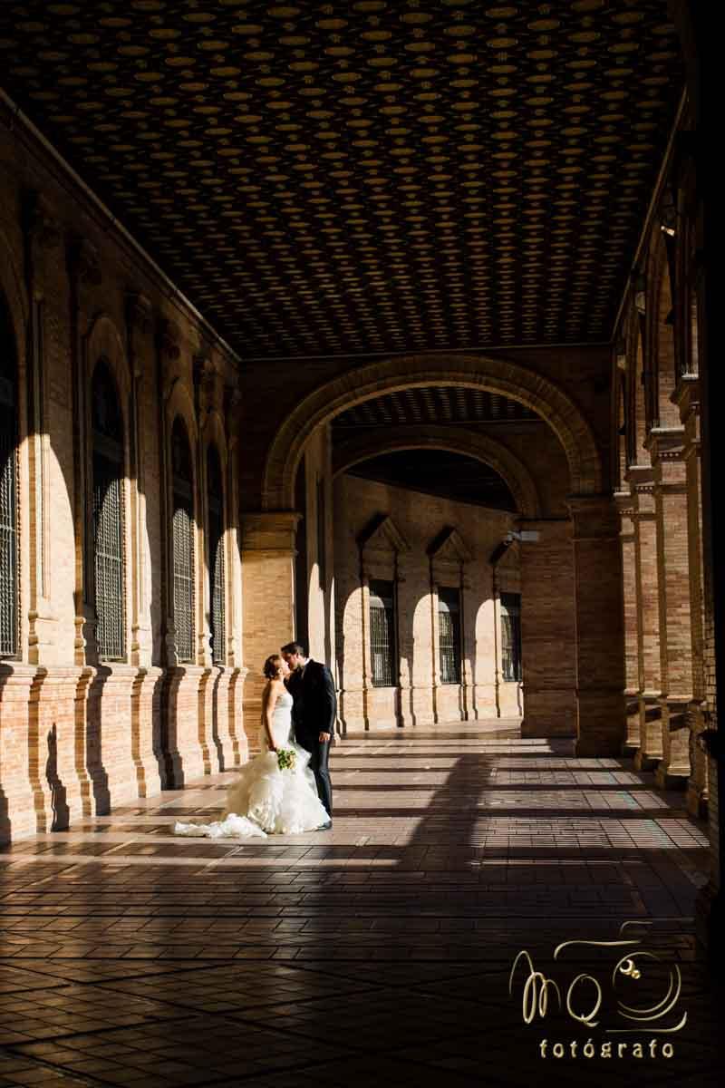 pareja de novios en pasillo de plaza de España en Sevilla