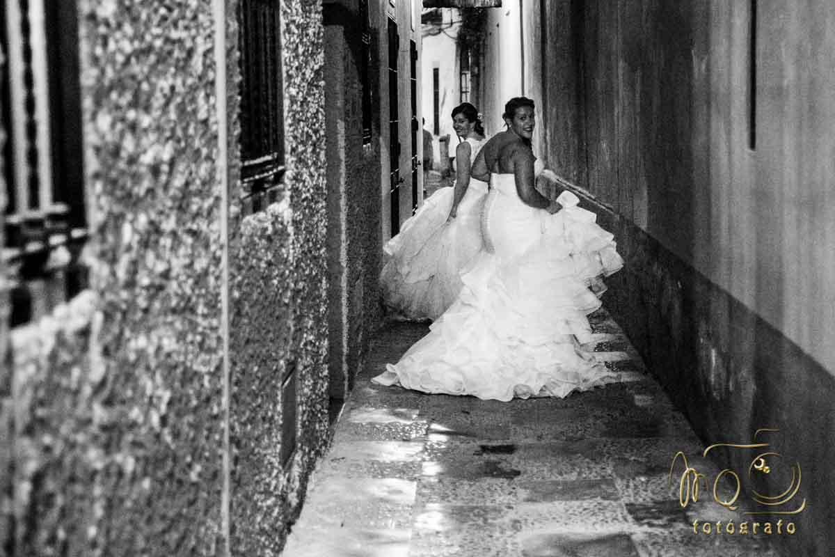 dos novias corriendo por callejón de sevilla