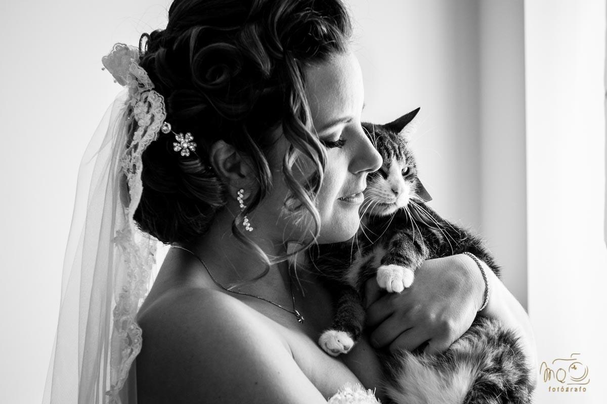 foto de boda de la novia abrazando a su gato