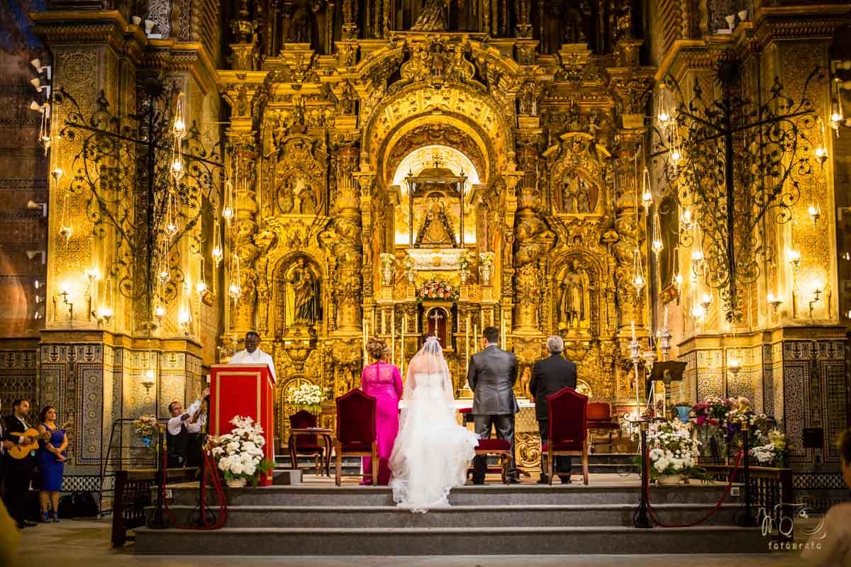 vista de lejos de los novios en el altar
