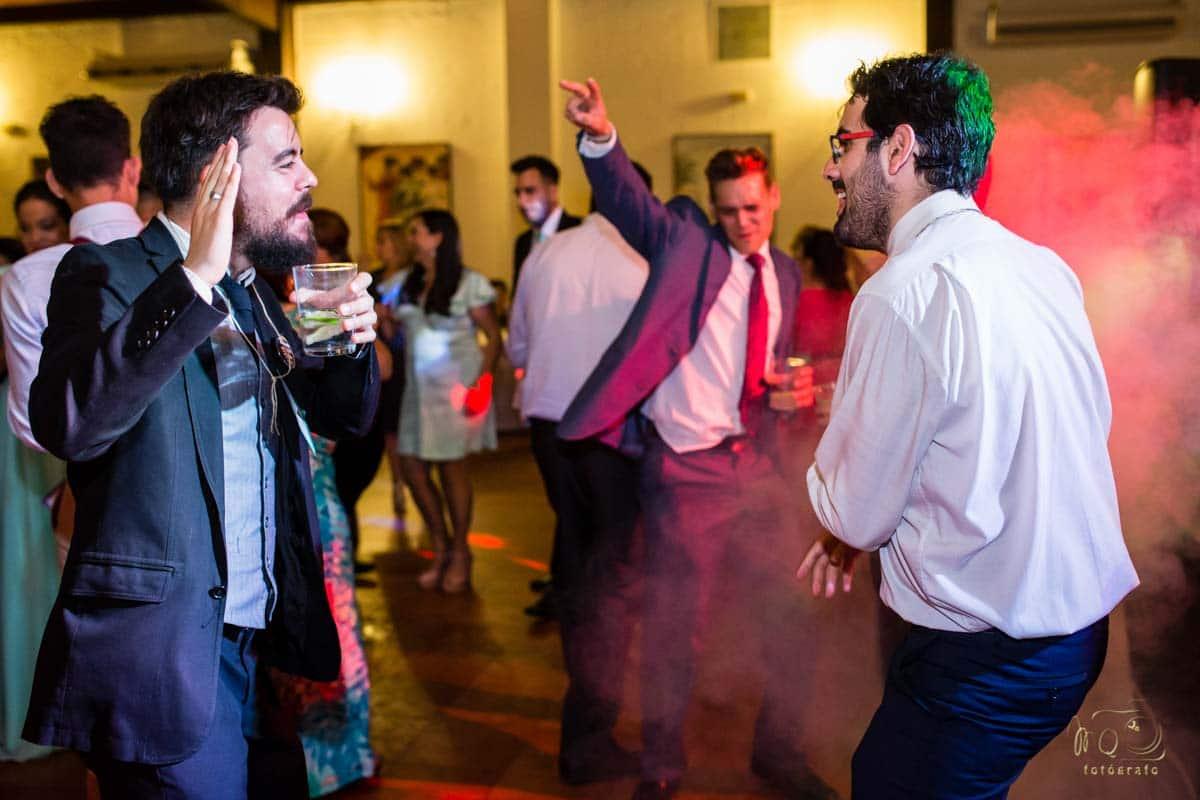 amigos bailando en la barra libre de la boda en Utrera
