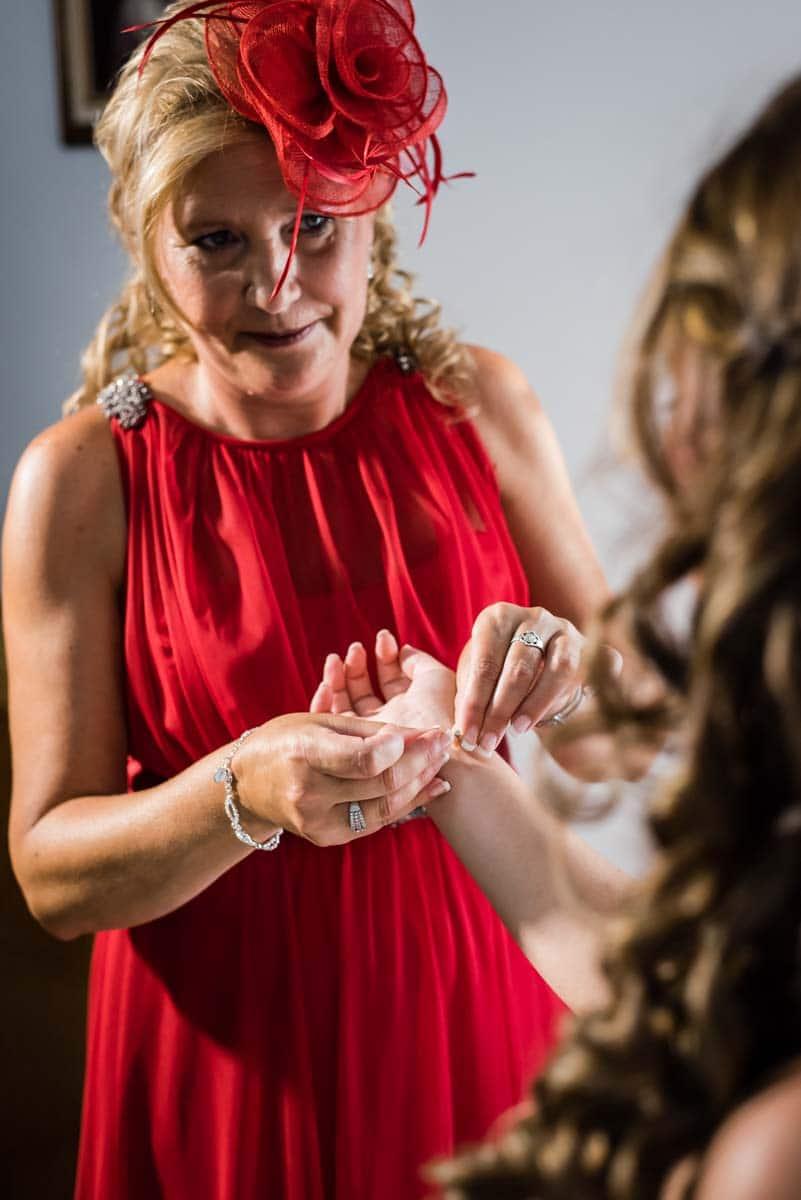 madre de la novia abrochándole la pulsera