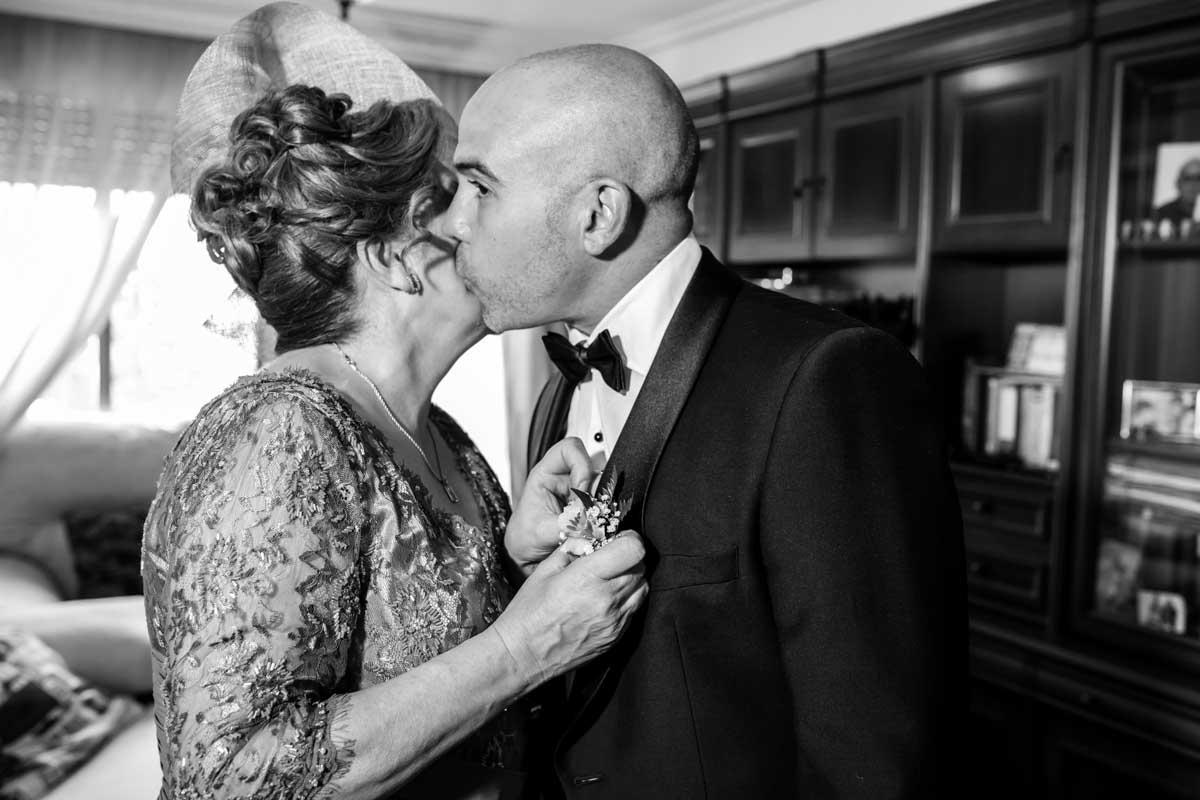 novia besando a la madre en su casa