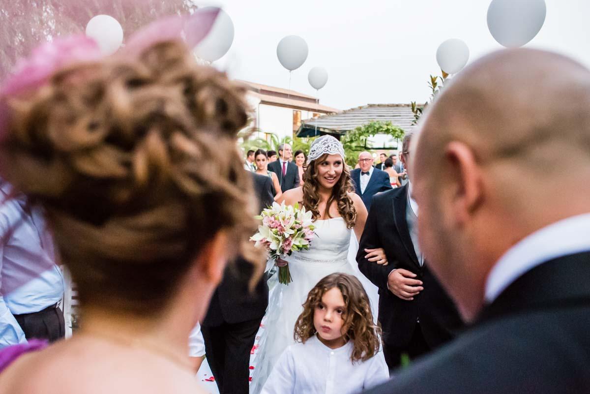 Encuentro en el altar en la boda civil en Córdoba de Irene y Álvaro
