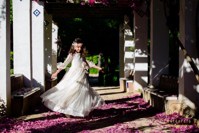 niña de comunión bailando sobre flores