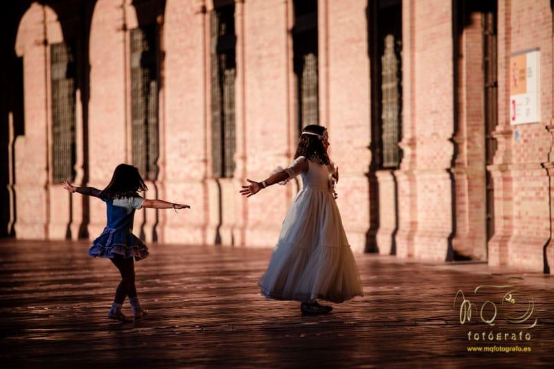 niña de comunión y su hermana bailando