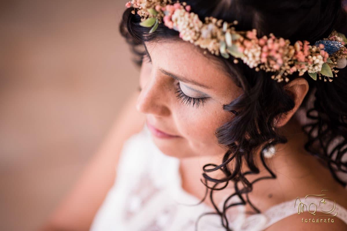 primer plano del maquillaje de la novia realizado por Dolce Vita centro de belleza antes de su Boda en la Iglesia de la Caridad de Sevilla