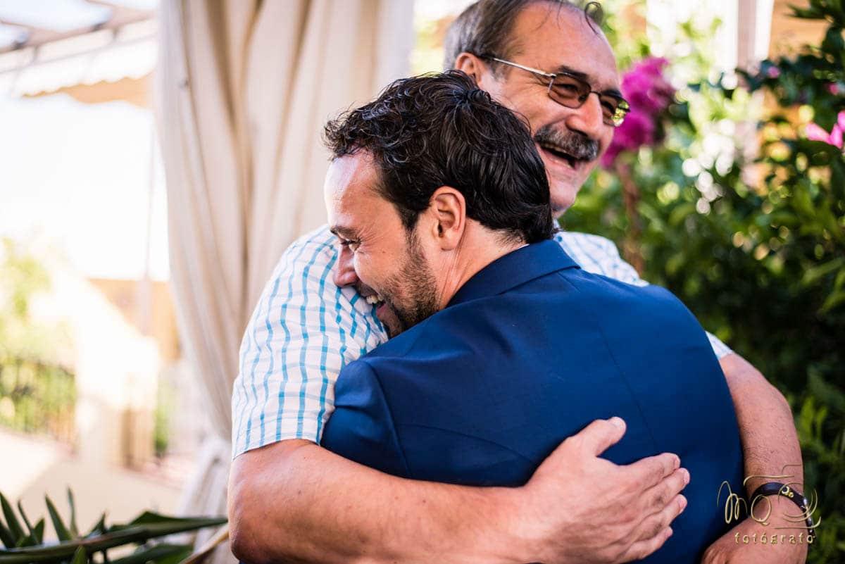 novio dándose un abrazo con el padre