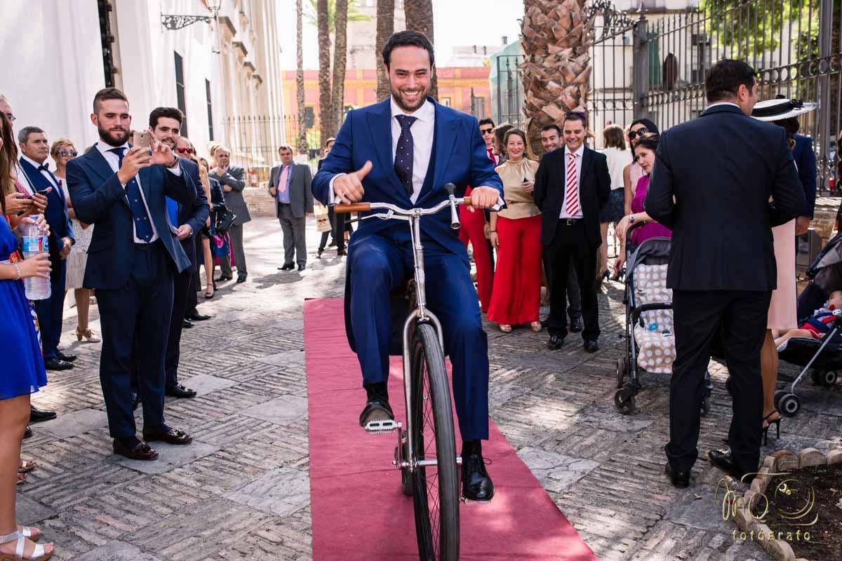 novio llegando a la iglesia en una bicicleta de bicicletas clásica Leo