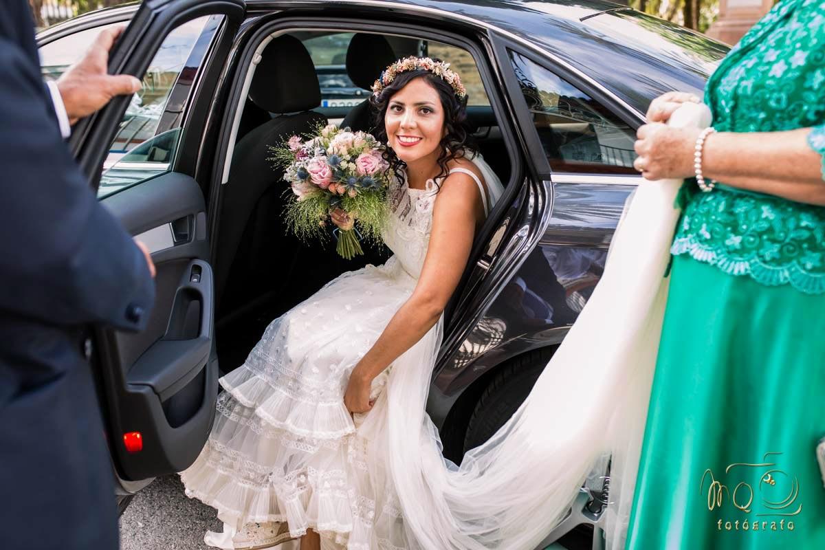 Novia bajándose del coche a la entrada de la iglesia