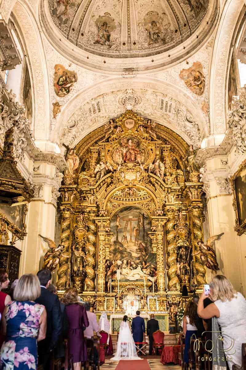 Altar de la Iglesia de la Caridad con novios casándose