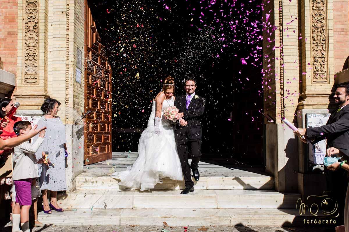 novios saliendo de la iglesia con lluvia de pétalos y arroz