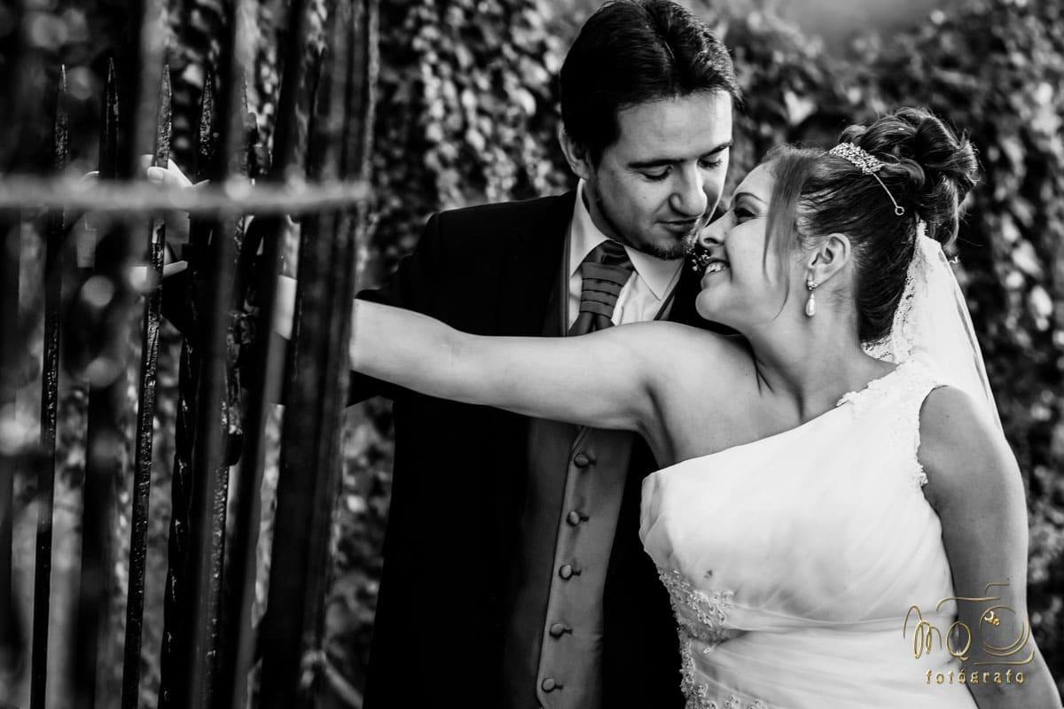 novios en exteriores después de la boda mirándose